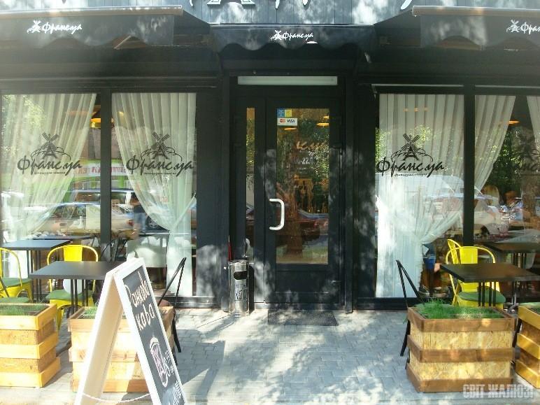 Кафе-пекарня. 2 горизонтальные маркизы и навес с рекламным воланом.