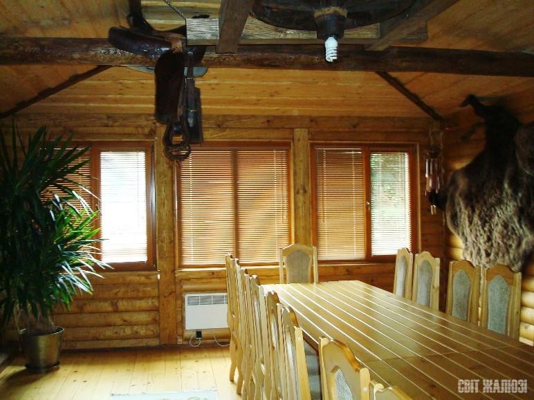 Загородный дом. Горизонтальные деревянные жалюзи 25 мм. Защита от солнца, управление осещенностью, декор интерьера.