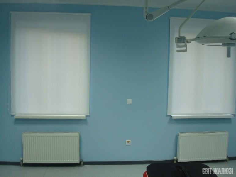 Медицинская клиника. Рулонные шторы открытого типа, функциональная ткань. Защита от солнца, посторонних глаз.