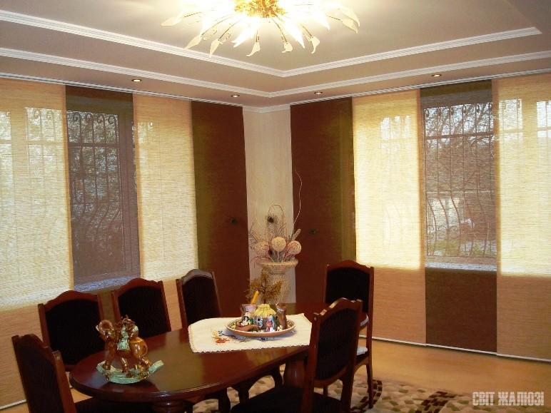 Гостинная. Панельные шторы. Материал Шикатан. Защита от солнца, декор интерьера.