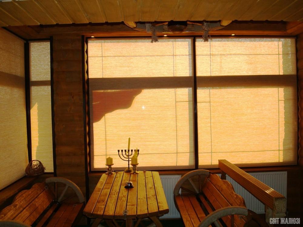 Кафе. Рулонные шторы открытого типа. Защита от солнца, декор интерьера.