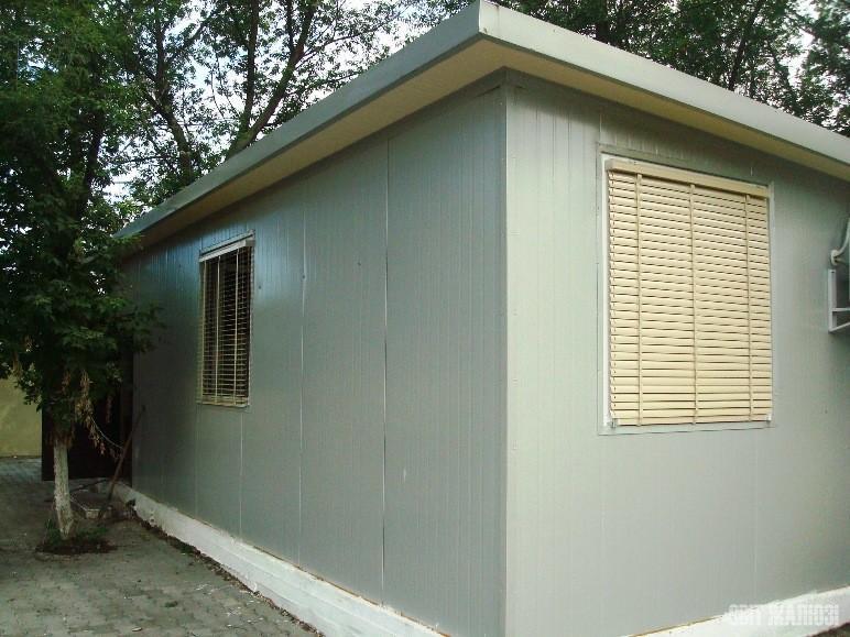 Подсобное помещение. Наружные горизонтальные жалюзи, алюминий 50 мм. Защита от солнца, ветра, посторонних глаз, управление освещенностью.