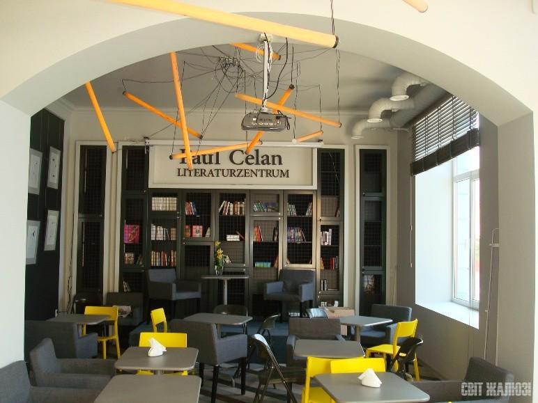 Литературное кафе. Горизонтальные деревянные жалюзи 50 мм в поднятом состоянии.