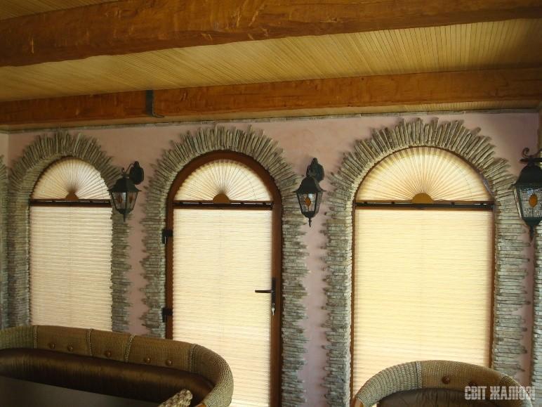 Гостинная. Арочные окна. Шторы плиссе. Защита от солнца, посторонних глаз, декор интерьера.
