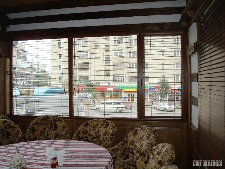 Пивной ресторан. Горизонтальные деревянные жалюзи 50 мм. Защита от солнца, посторонних глаз, управление освещенностью, декор интерьера.