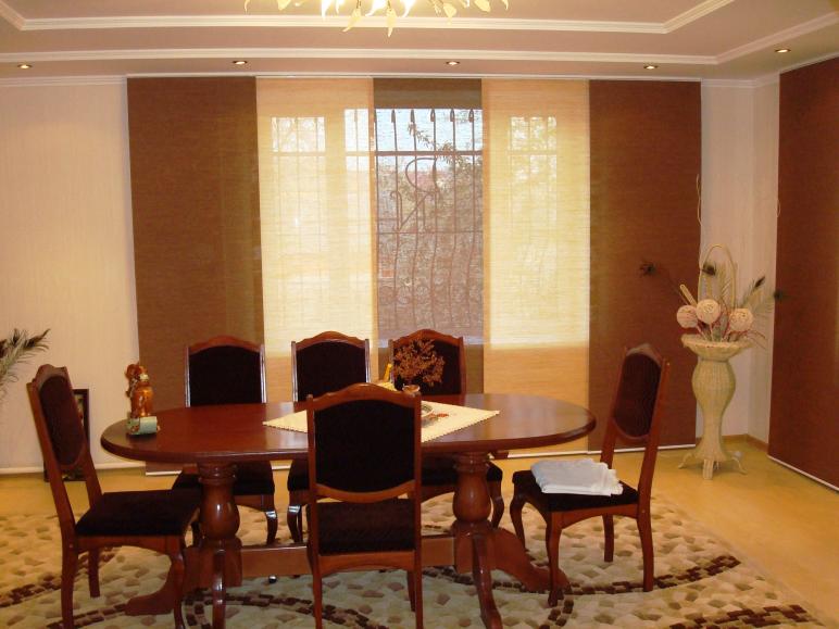 Гостинная. Панельные шторы из натуральных полупрозрачных материалов.
