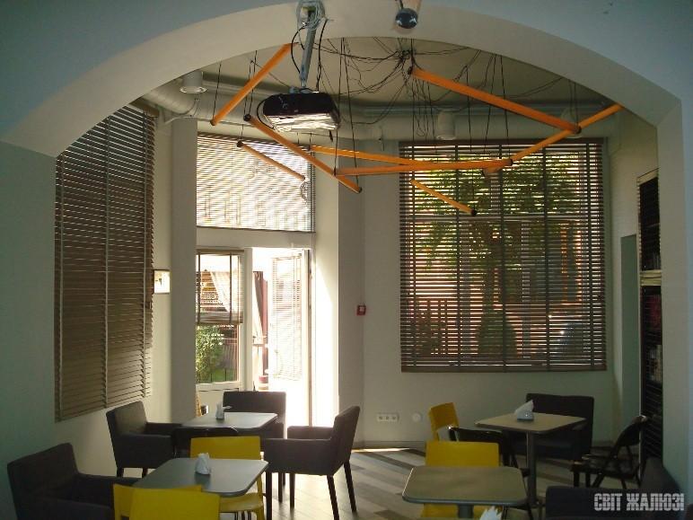Литературное кафе. Горизонтальные жалюзи, дерево Басвуд 50 мм. Декор интерьера, защита от солнца, посторонних взглядов, затемнение / освещенность.