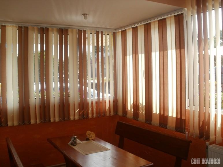Кафе. Вертикальные жалюзи. Защита от солнца, посторонних глаз, управление освещенностью, декор интерьера.