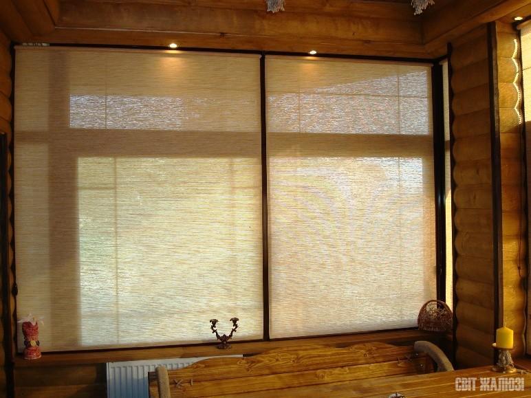 Кафе. Рулонные шторы с открытым механизмом, натуральным полупрозрачным материалом. Защита от солнца, декор интерьера.