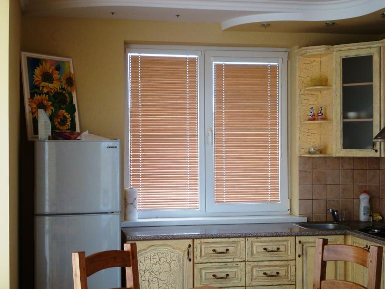 Горизонтальные жалюзи, механизм - венус, материал - бамбук 25 мм. Кухня.