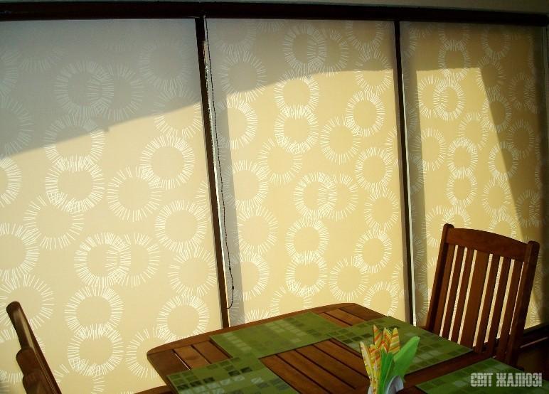 Рулонные шторы. Открытый механизм коричневого цвета.